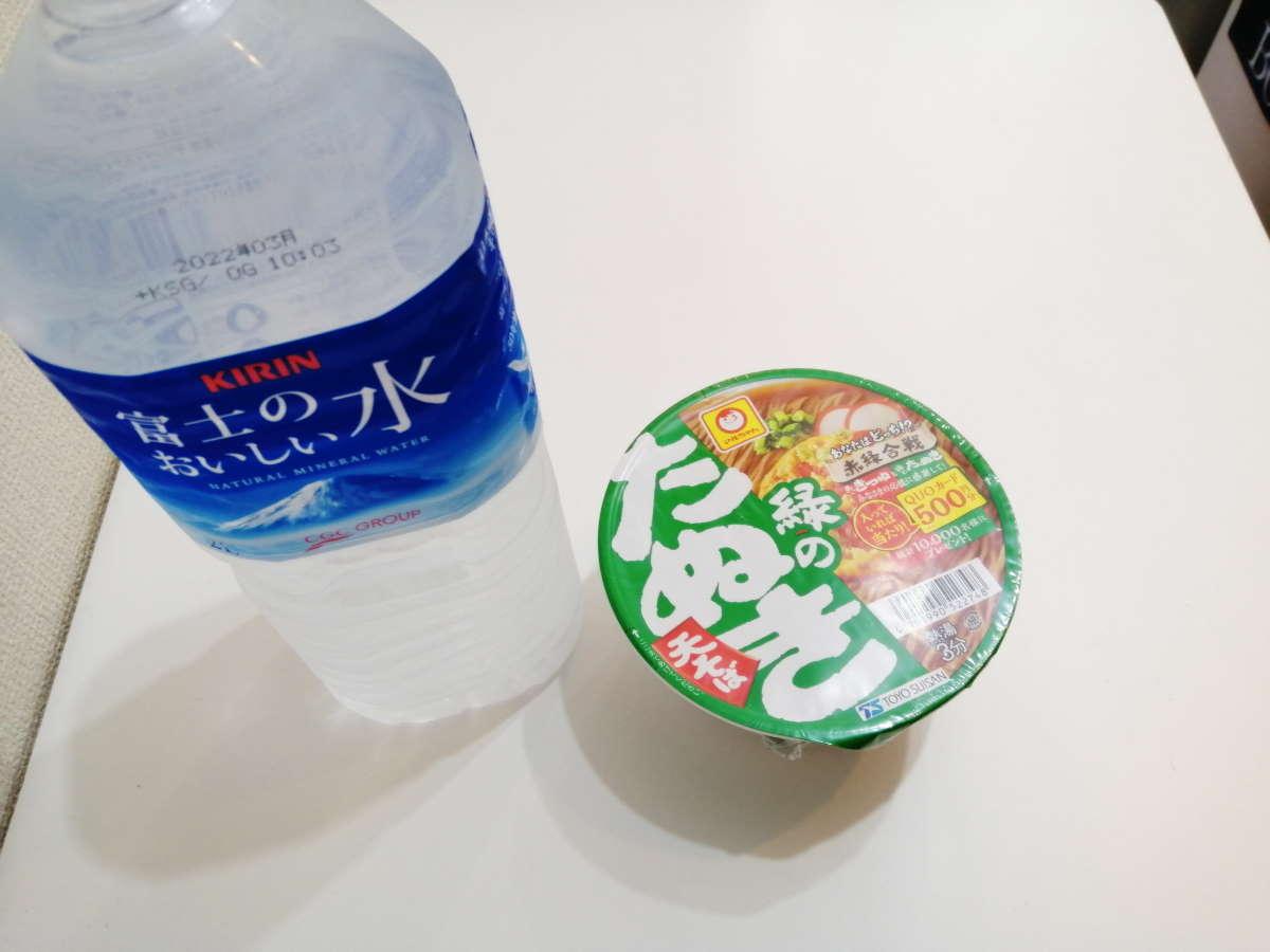 緑のたぬきを水で作る
