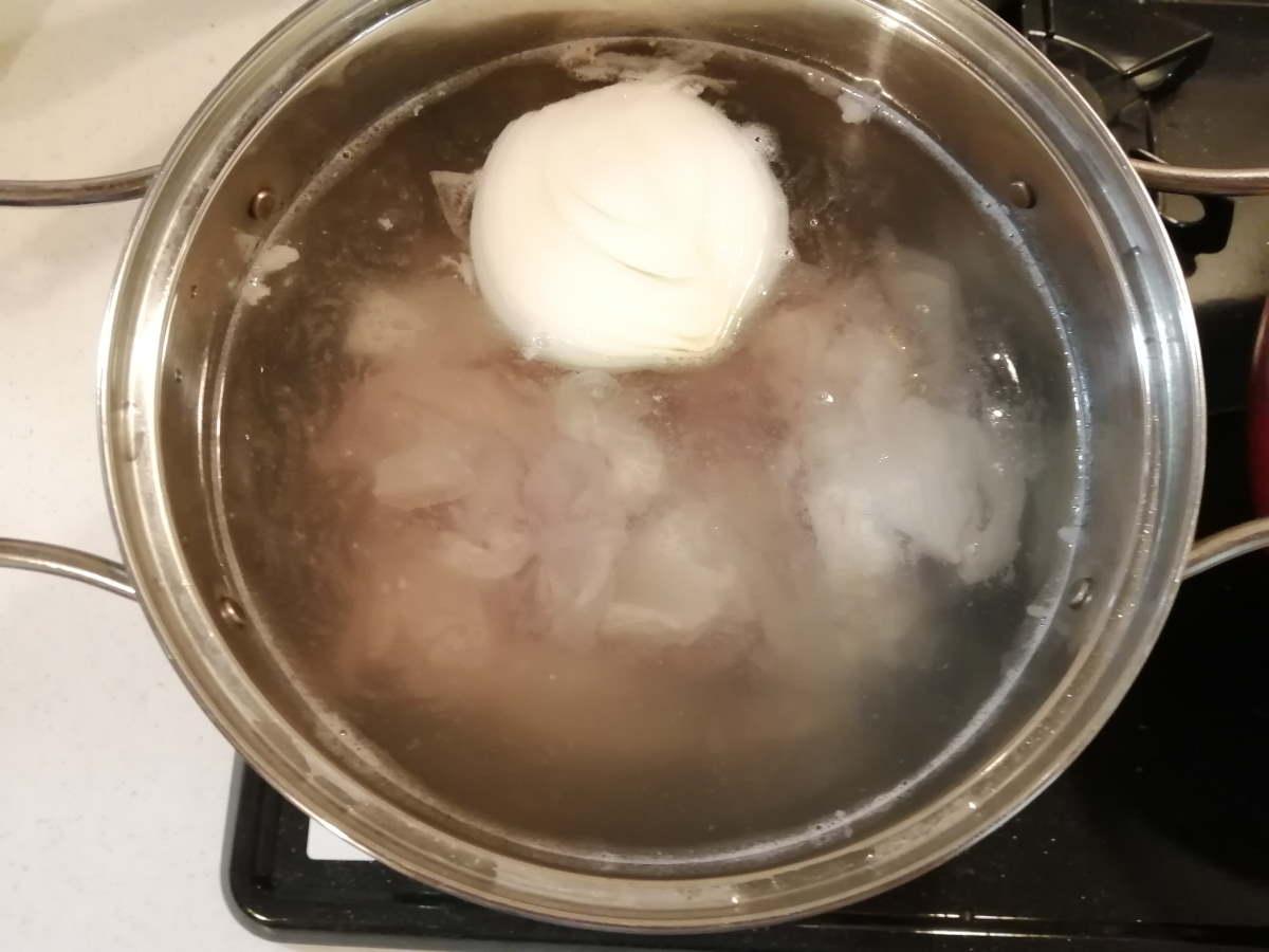玉ねぎとガツを茹でる