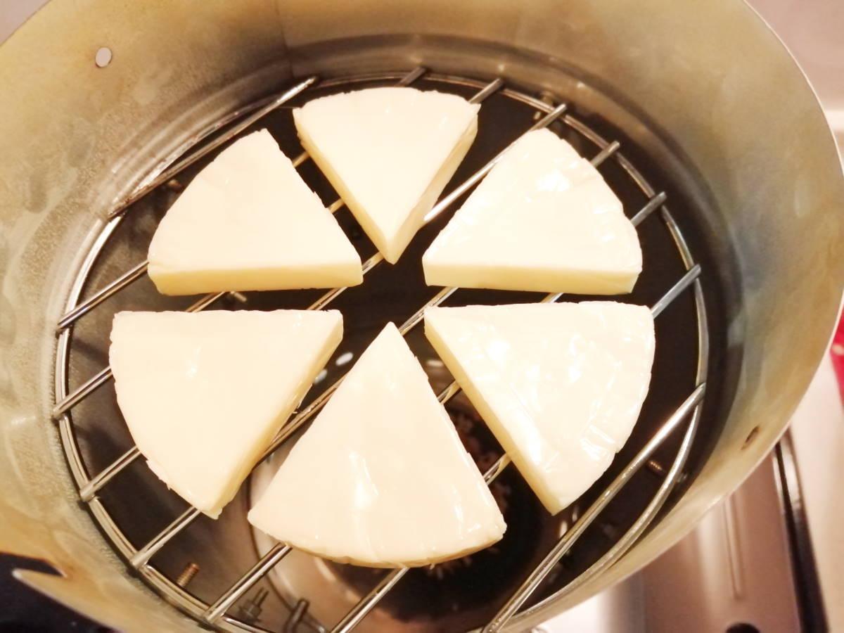 網の上にチーズセット